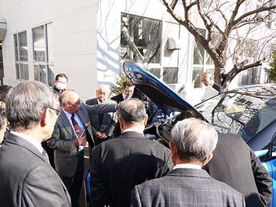 燃料電池車MIRAIの説明をする太田先生